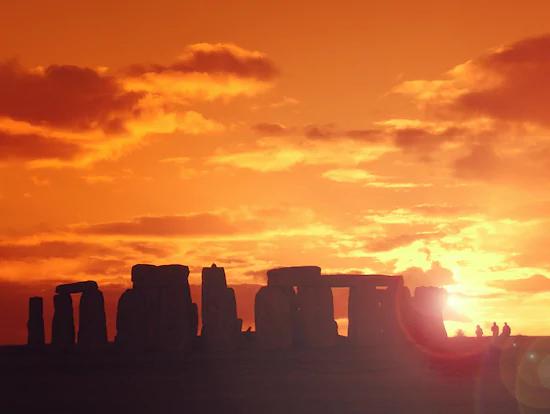 ロンドン発 世界遺産ストーンヘンジで朝日or夕日特別鑑賞/バースとコッツウォルズを巡る日帰りツアー